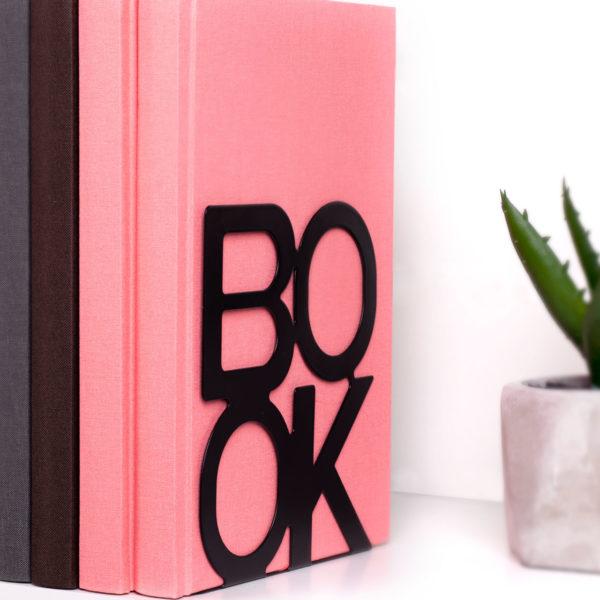 bokstod-book-svart-miljobild-pinkypine