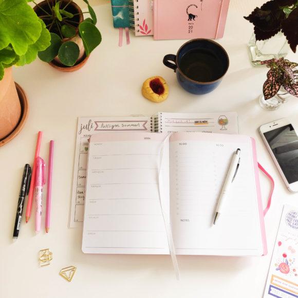 Week Planner rosa på ett bord